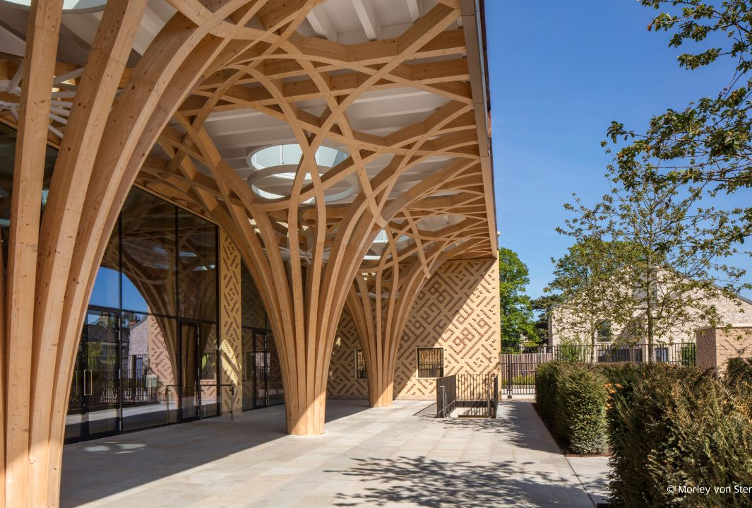 The tree-like supporting structure can even be seen from outside the Cambridge Mosque. The forecourt provides green space while the walls are designed with striking patterns.