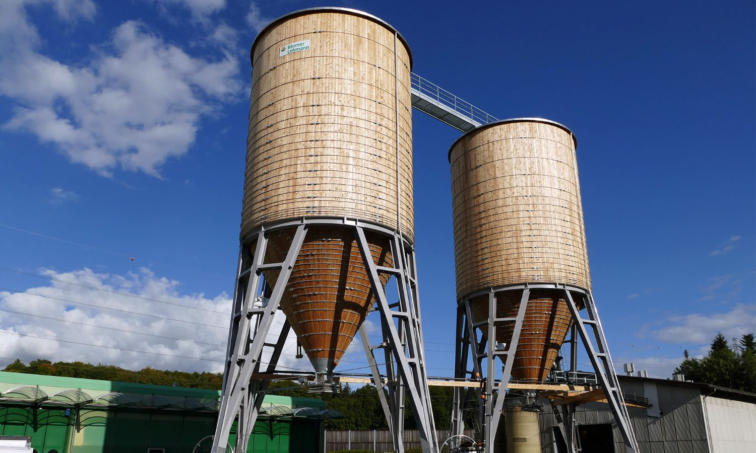 Complete facility in Gesigen bei Spiez, comprising two round timber silos with a steel roof crossover