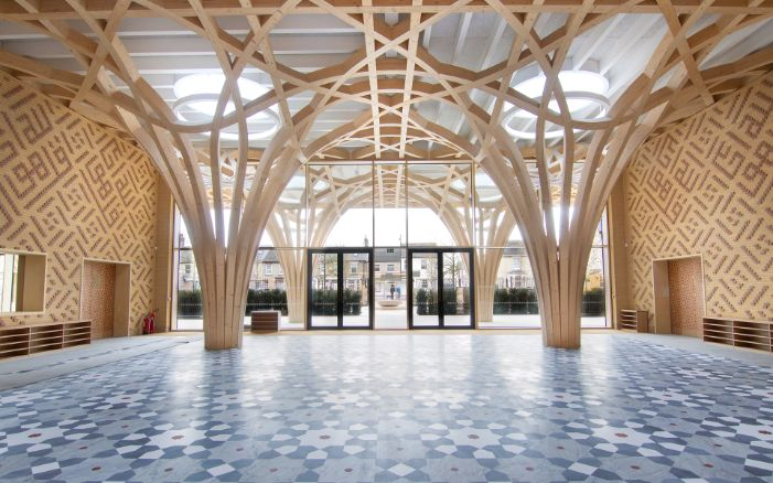 The tree-like wooden supporting structure dominates the entrance area of the Cambridge Mosque. The floor is designed as a grey/blue tiled mosaic while the walls are of two-coloured clinker brick with oriental motifs.
